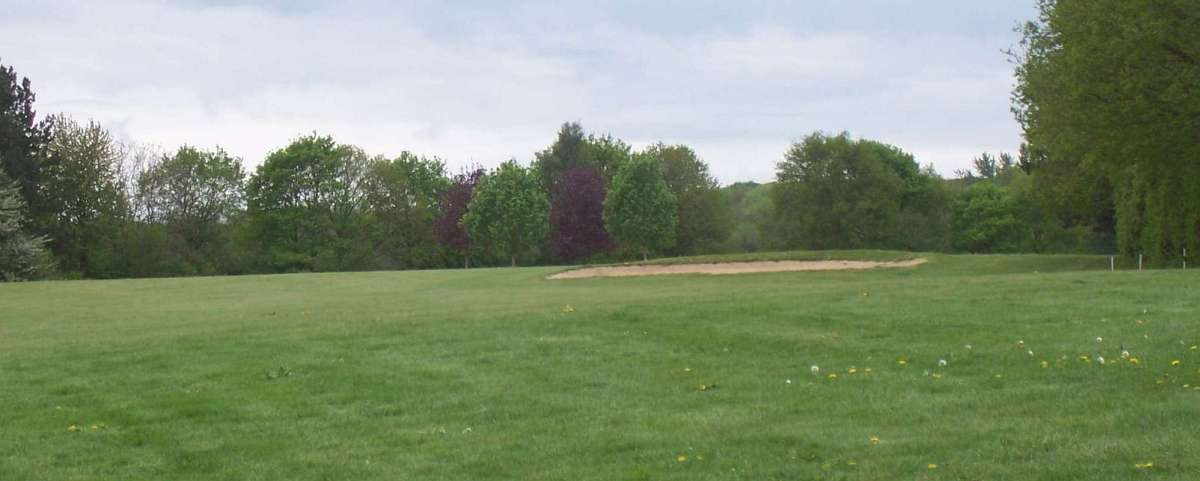 Villarceaux - Drive too far right on 12; play safe or go for it over the trees?